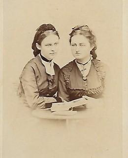 Thierry-Mieg, les deux  sœurs : Élisabeth, née Thierry-Mieg  et sa soeur Anna Hollard
