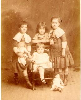 Thierry-Mieg, Madeleine, Thérèse, Pierre et Marguerite (grand format) (1882)